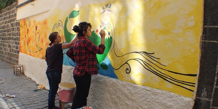 Tarihi Sur sokaklarına kadın ressamların eli değdi