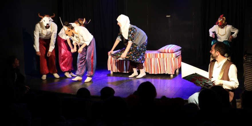 Sur'da850 çocuğatiyatro gösterimi