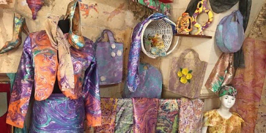 Ebru sanatı, 20 dakikada kıyafetleri süslüyor