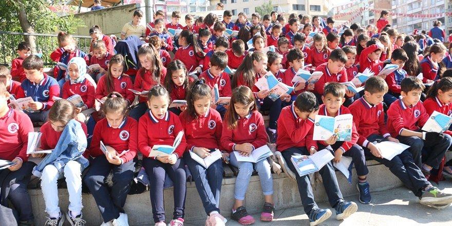 Bin 300 öğrenci aynı anda kitap okudu