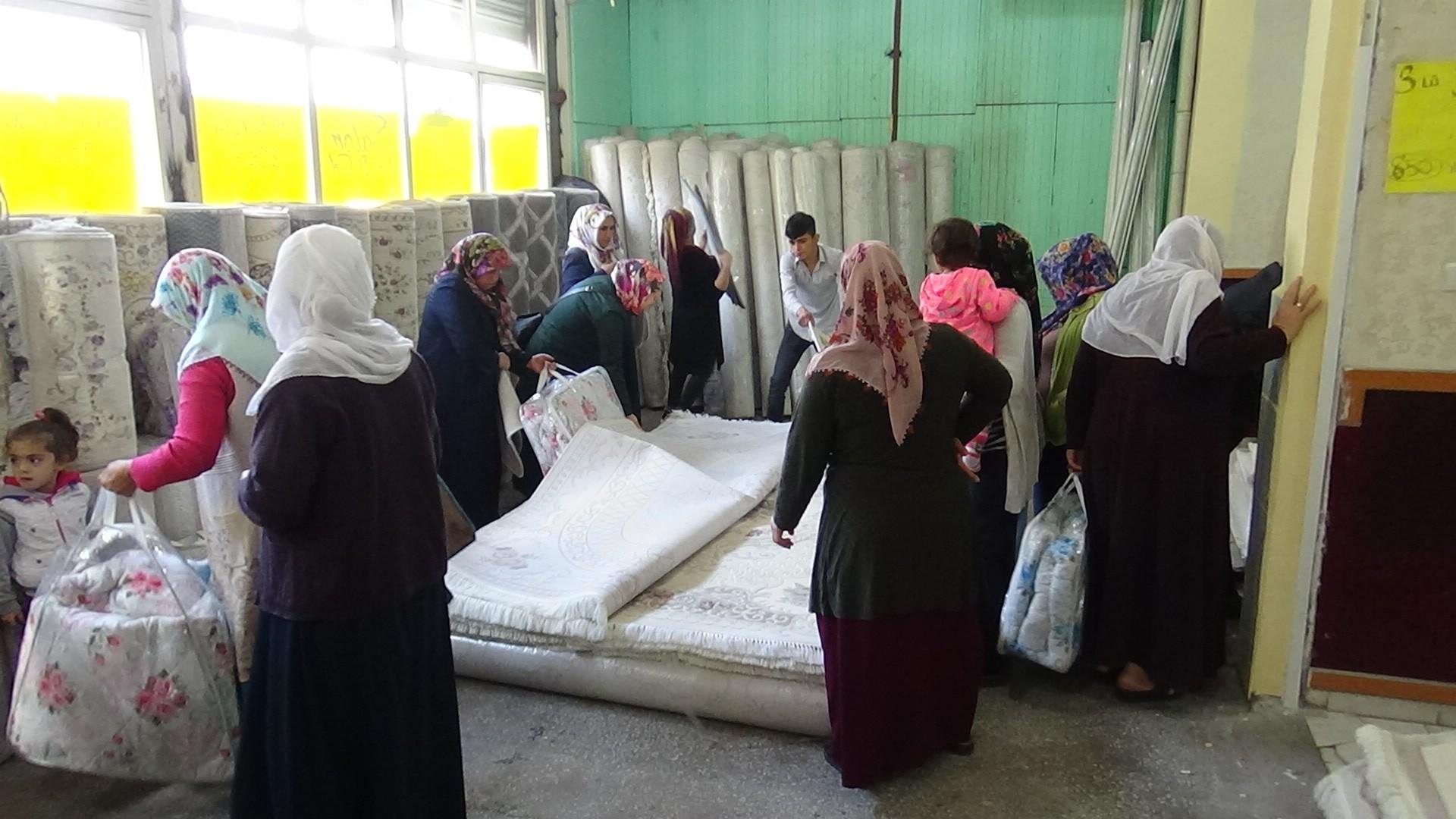 Diyarbakır'da indirimli halı için kadınlar birbiriyle yarıştı