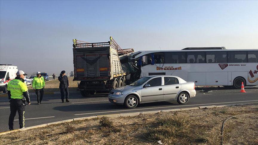 Yolcu otobüsü kaza yaptı: 2 ölü, 21 yaralı