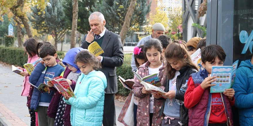 Diyarbakır'da öğrenciler otobüs duraklarında kitap okudu