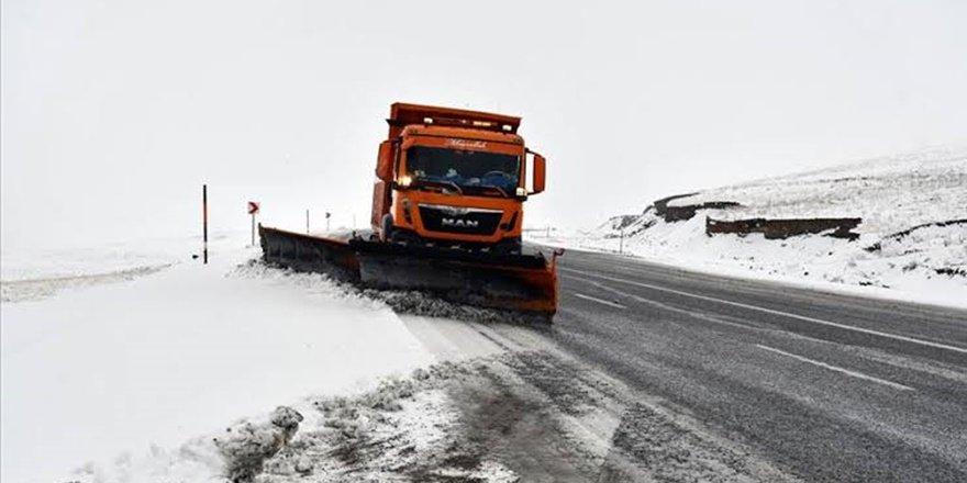 Van'da kar yolları kapadı