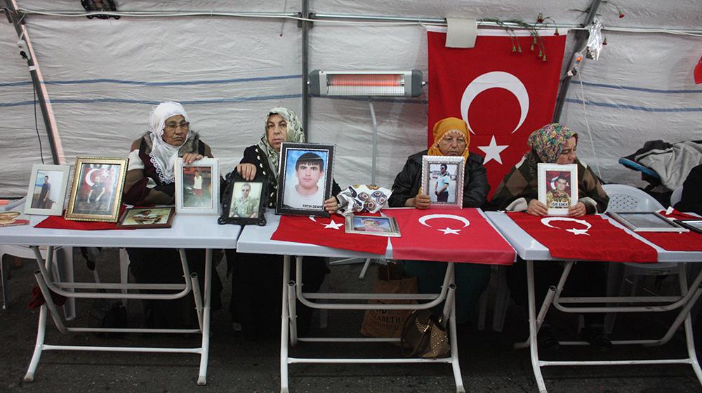 HDP önündeki ailelerin evlat nöbeti devam ediyor