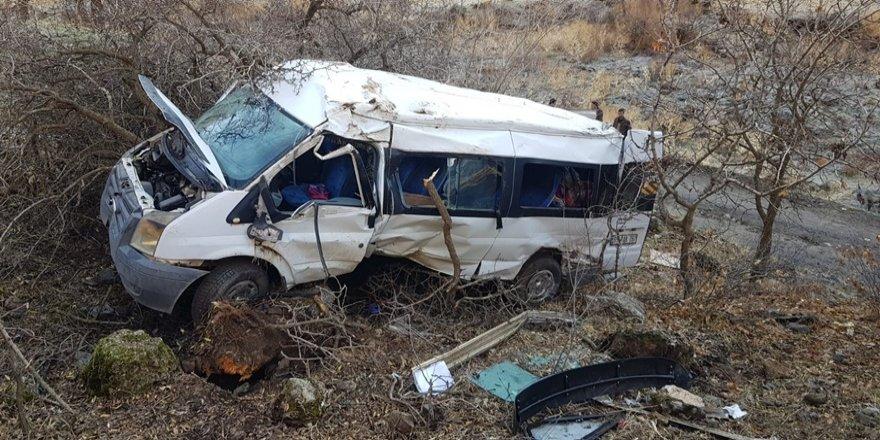 Hakkari'de öğrenci servisi kaza yaptı: 2 ölü, çok sayıda yaralı