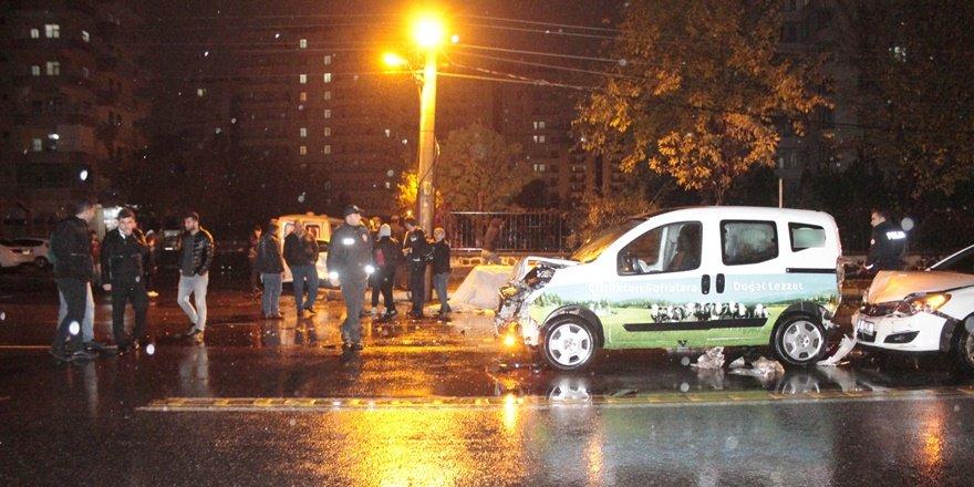 VİDEO - Diyarbakır'da sağanak yağışta zincirleme kaza