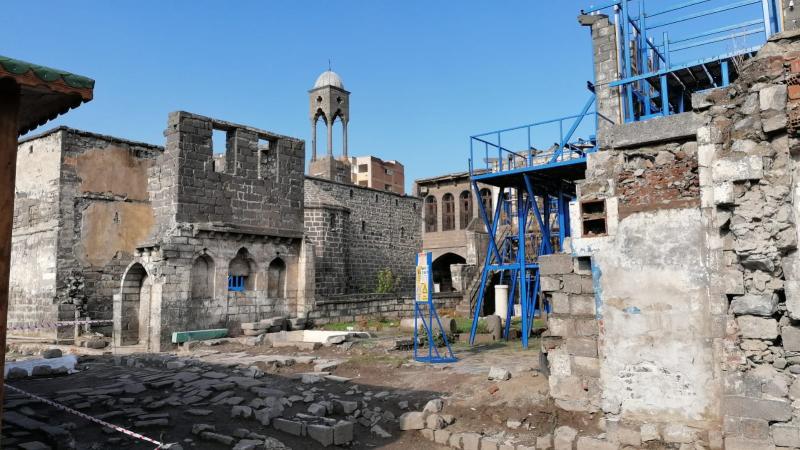 Gazeteci Adem Demir 4 yıldır yasağın sürdüğü Sur'u yazdı!