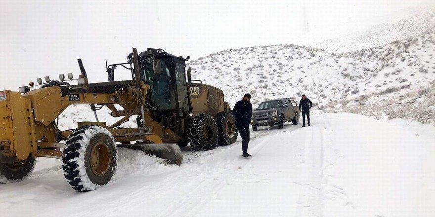 Siirt'te kapanan köy yollarında çalışmalar sürüyor