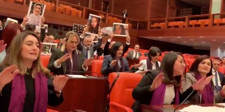 Kadınlar, sokaktaki 'Las Tesis' yasağını mecliste deldiler