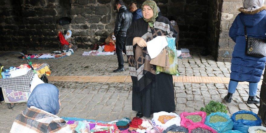 Diyarbakır Sur'da 50 yaşındaki kadın ekmeğini yabani bitkilerden çıkarıyor