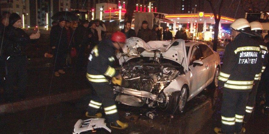VİDEO - Diyarbakır'da feci kaza: 2'si ağır 5 çocuk yaralı