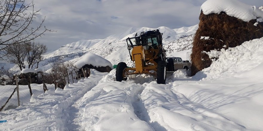 Şırnak'ta 2 metre kar: Köy yolları ulaşıma kapandı