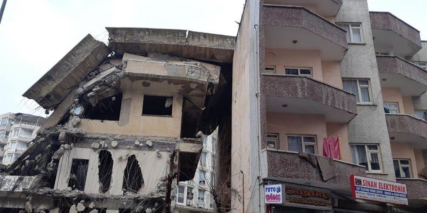 Siirt'teki bina yıkımında faciaya ramak kaldı