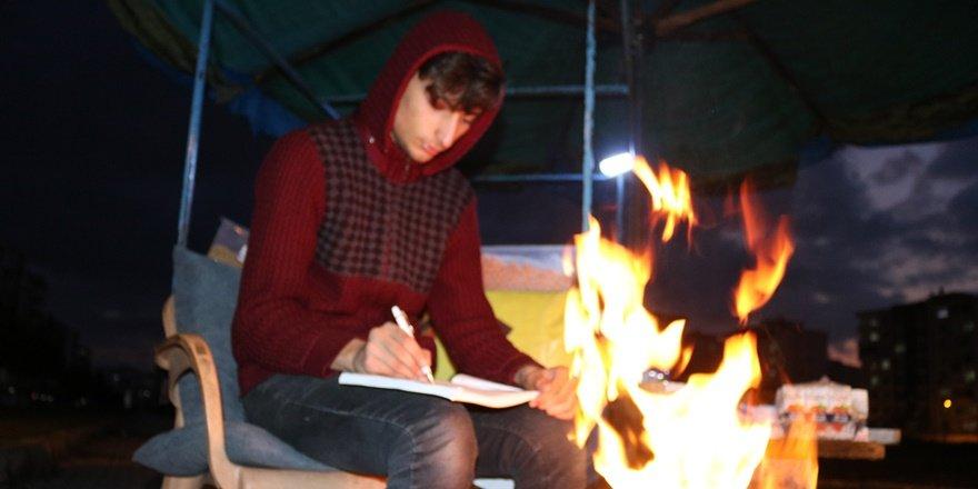 VİDEO - Diyarbakırlı genç, seyyar tezgah başında üniversite sınavına hazırlanıyor