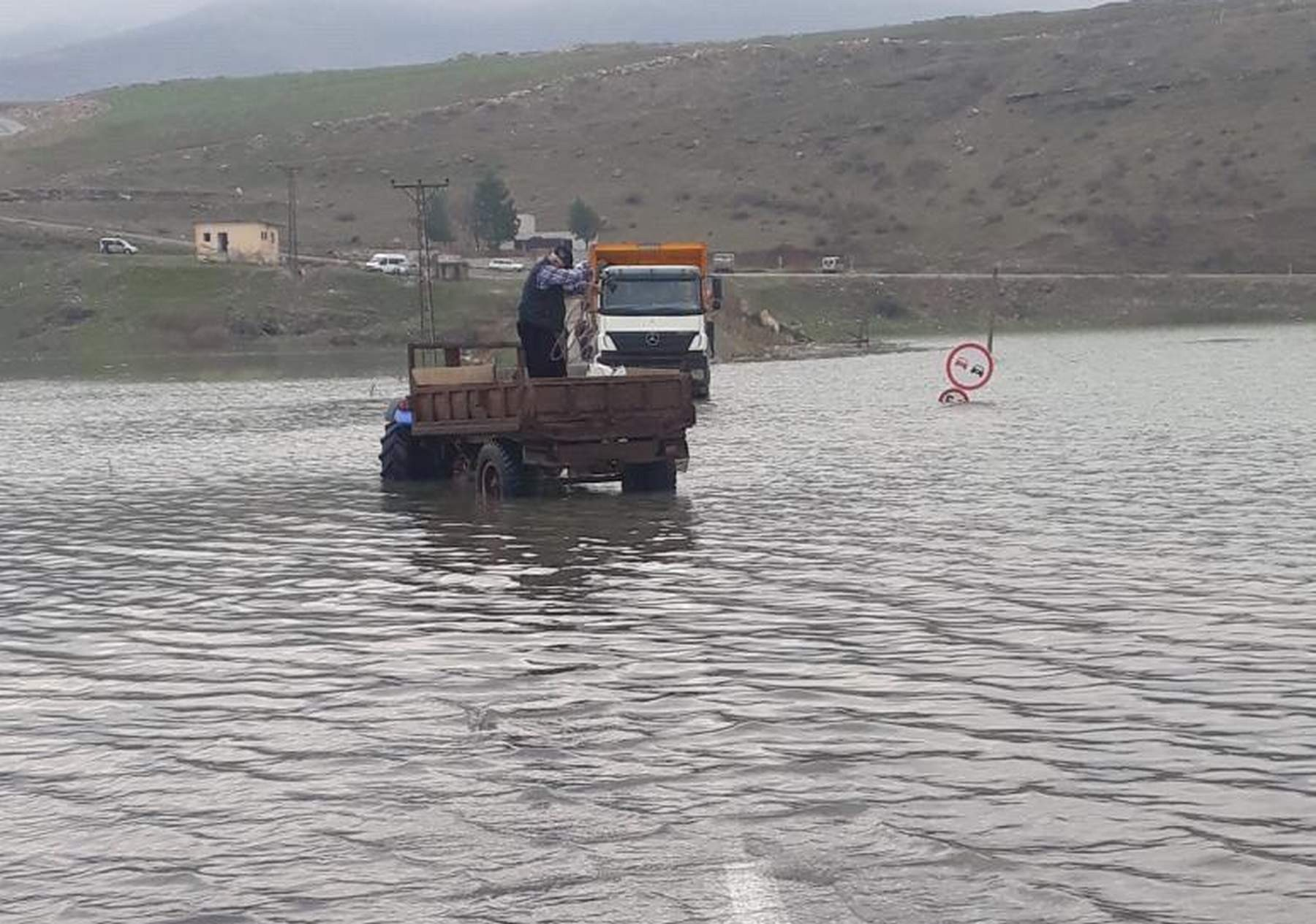 Siirt'te baraj suyu yükseldi, 1 kişi suda mahsur kaldı