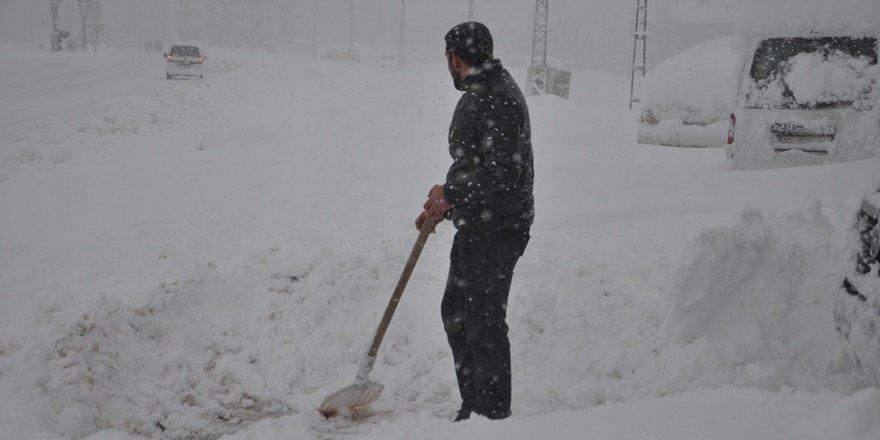 Hakkari Yüksekova'da vatandaşlara kar cezası