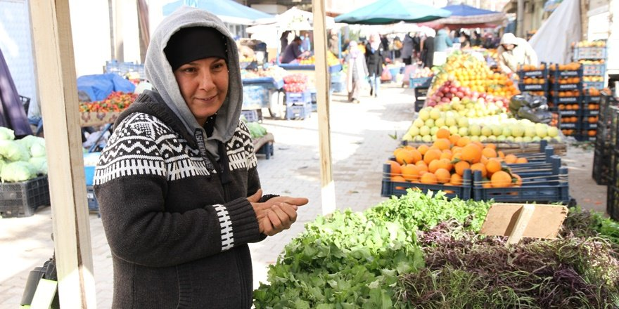 Mardin'de 4 yaşındaki çocuğuyla pazarda sebze satan annenin ekmek kavgası