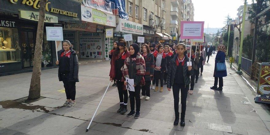 Siirtli öğrenciler görme engelliler için gözlerini kapadı