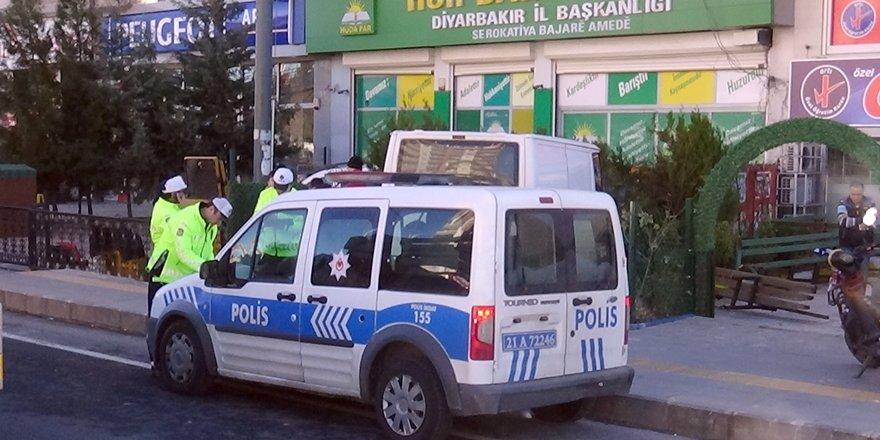 VİDEO - Diyarbakır'da feci kaza: Minibüs önce yayaya, ardından kurs yerine çarptı