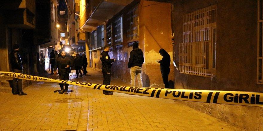 VİDEO - Diyarbakır'da silahlı çatışmanın ortasında kalan iki kişi yaralandı