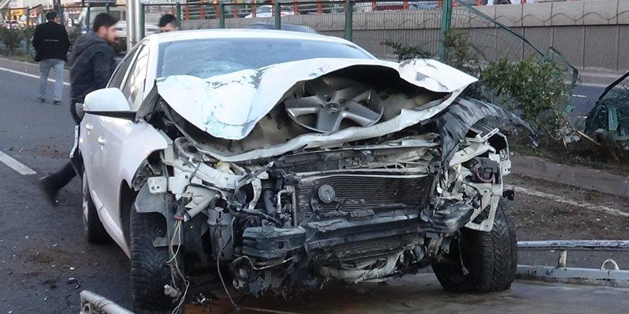 VİDEO - Diyarbakır'da yayaya çarpmamak için refüje çıktı: 3 yaralı