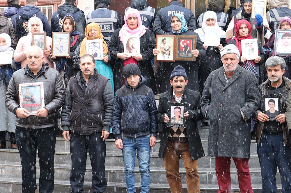 Diyarbakır annelerinin evlat nöbeti kar altında devam ediyor