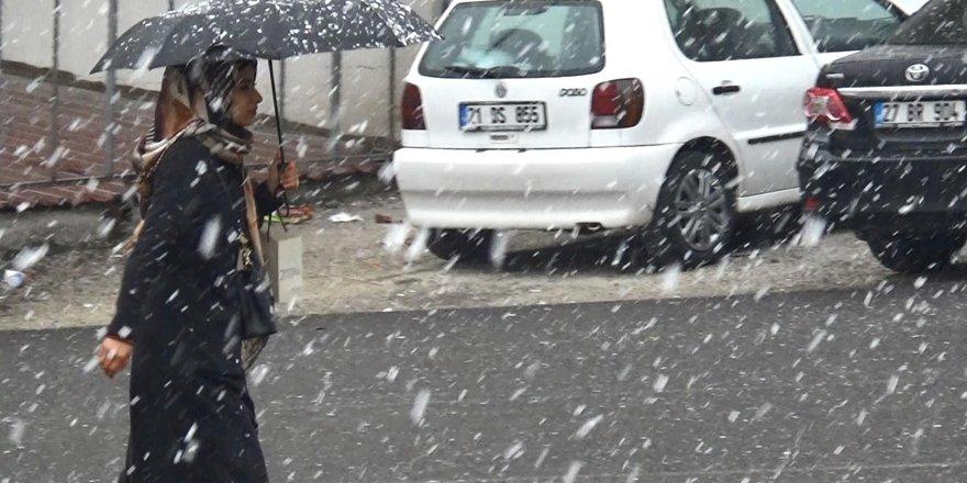 Diyarbakır'a mevsimin ilk karı yağdı