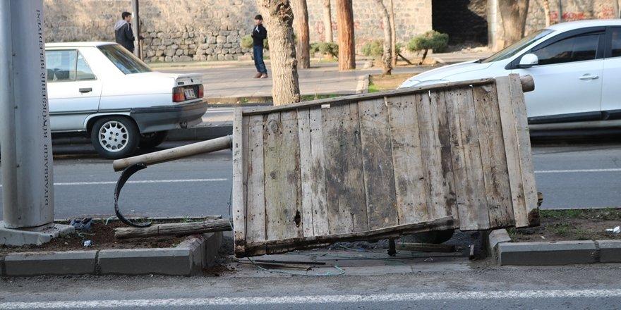 VİDEO - Diyarbakır Sur'da bir Çekçekçiye otomobil çarptı