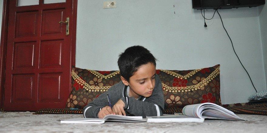 Hakkarili küçük Ömer her şeyi tersten okuyor