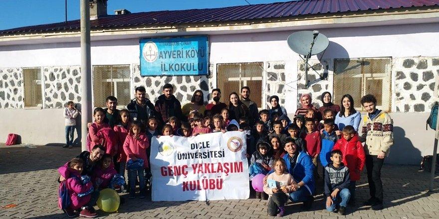 Üniversite öğrencileri köy okullarındaki minik öğrencileri sevindirdi