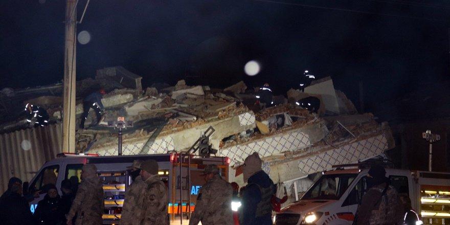 Elazığ ve Malatya'da enkaz altında arama kurtarma çalışmaları sürüyor