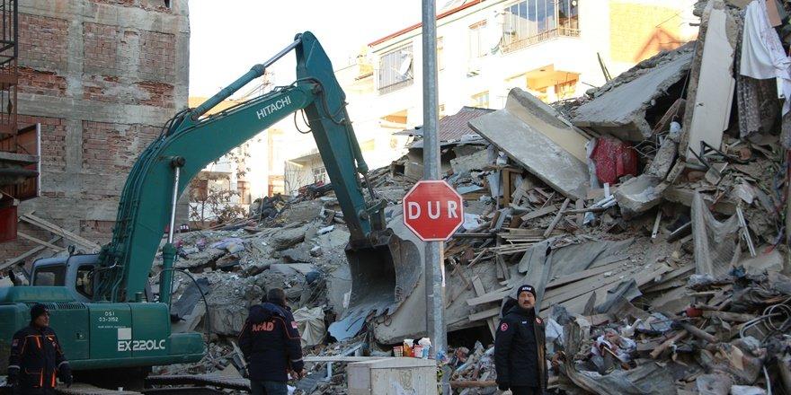 Deprem enkazındaki yaşlı kadına ulaşılmaya çalışılıyor