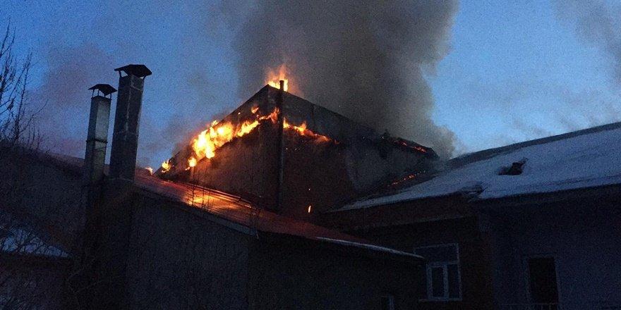 Bingöl Karlıova'da iş yeri çatısı yangını