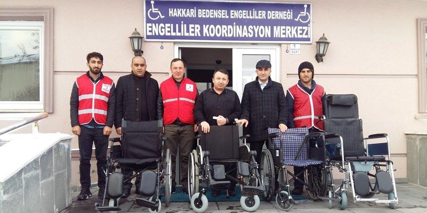 Hakkarili bedensel engellilerden depremzedelere destek