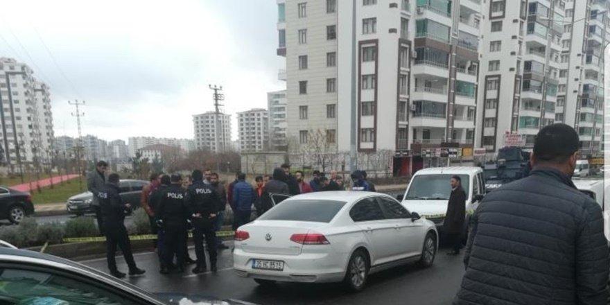 Diyarbakır'da seyir halindeki aracı durdurup ateş açtı: 1 ölü
