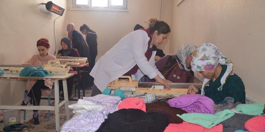 Beytüşşebaplı kadınlar depremzedeler için ördü