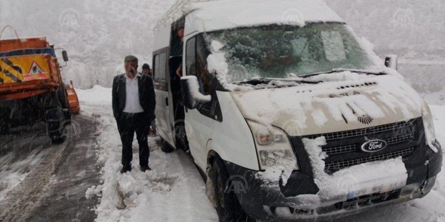 Siirt'te araçlarıyla karda mahsur kalan 35 kişi kurtarıldı