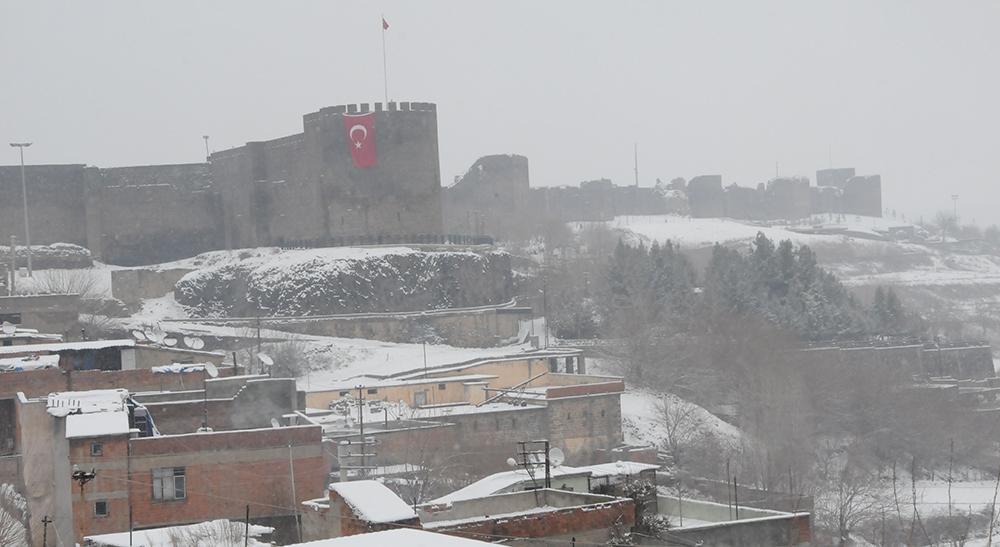 Diyarbakır'da tarihi yapılar beyaz örtüyle kaplandı