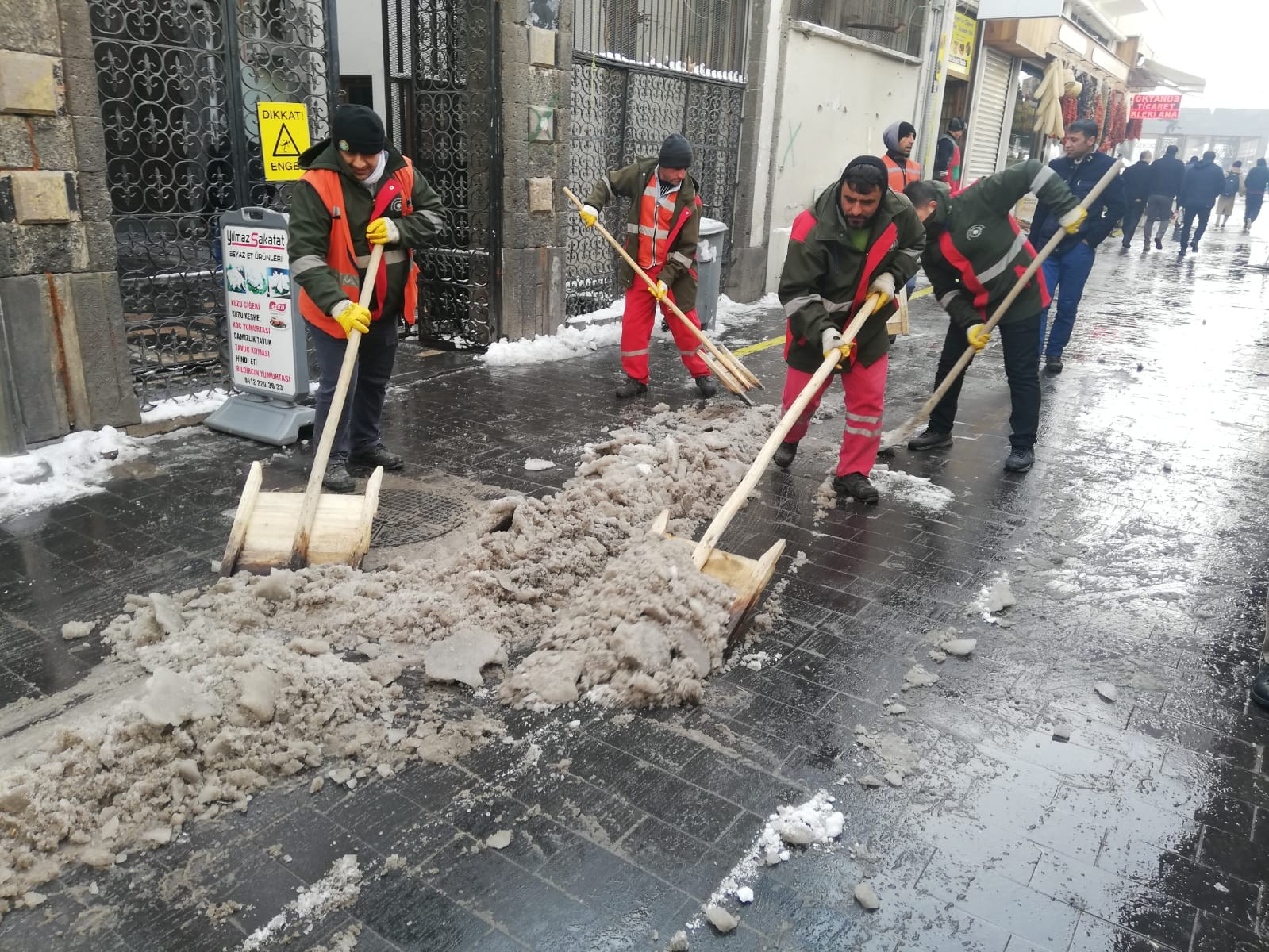 Kaldırımlarda kar temizleme çalışmaları devam ediyor