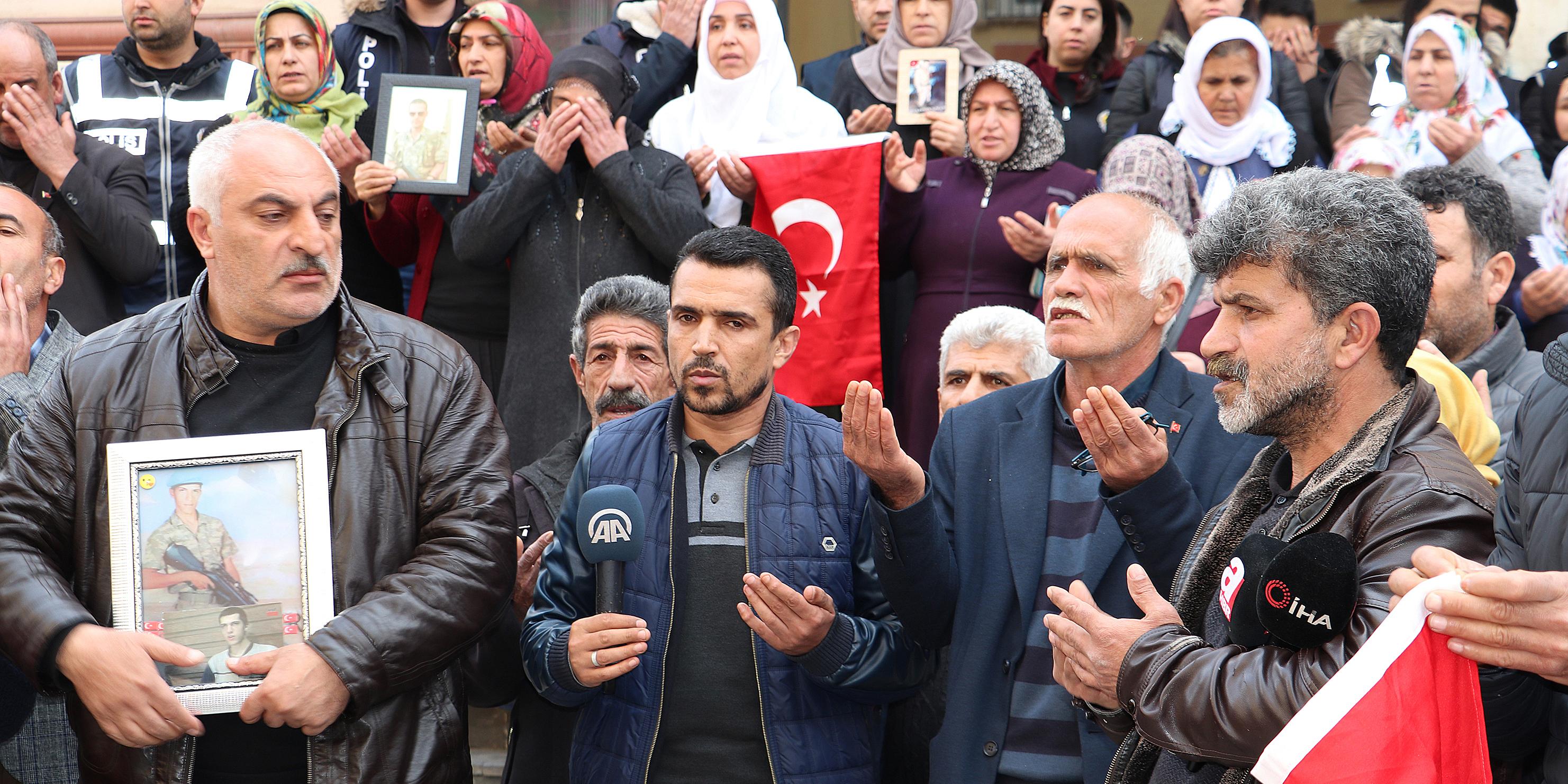 Evlat nöbetini sürdüren aileler İdlib saldırısını kınadı
