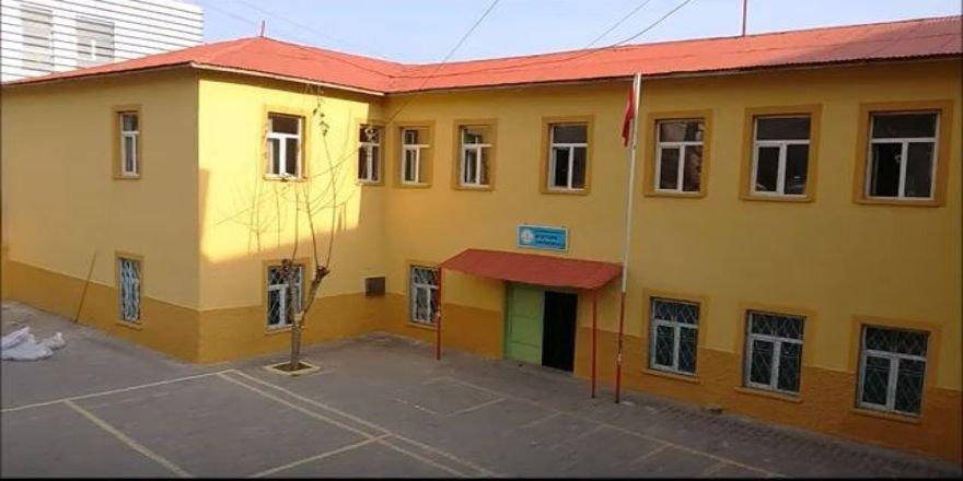 Fedakar öğretmen köy okulunu kendi imkanları ile yeniledi