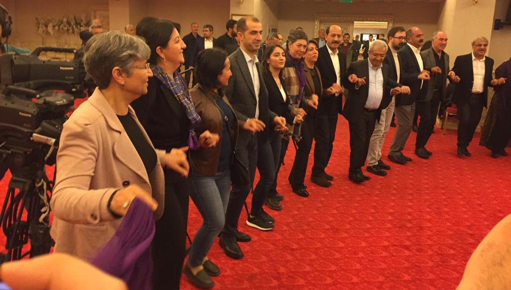 VİDEO- Diyarbakır'da halaylı Newroz startı!