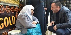 Sokağa çıkma yasağı uygulanan yaşlılara hizmet