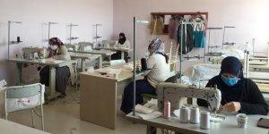 Gönüllü kadınlar maske üretiyor