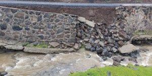 Diyarbakır'da şiddetli yağış nedeniyle istinat duvarı çöktü