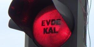 Trafik ışıklarına 'evde kal' yazısı yansıtıldı