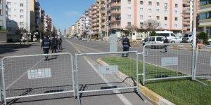 VİDEO - Diyarbakır'da bir caddede araç giriş çıkışları kısıtlandı