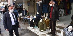 Beyoğlu, işyerlerini açan esnafa maske dağıtıp teşekkür etti