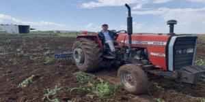 Sokağa çıkma kısıtlamasından muaf olan çiftçiler iş başında